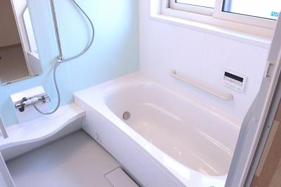 お風呂の鏡の水垢をキレイに落とす方法!あれこれ試してみたよ^^